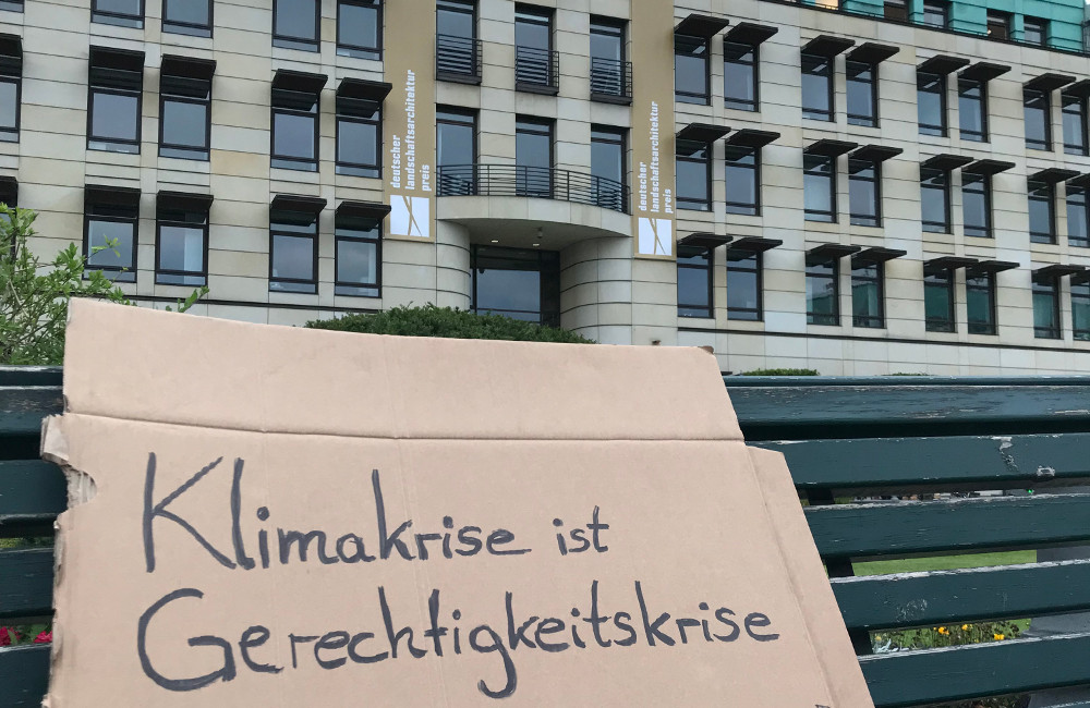 Klimademo-Plakat vor dem Allianz Forum am Pariser Platz